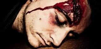 Gruselige fake Wunde im Gesicht